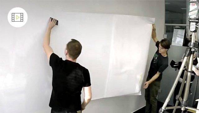 Jak nalepit velkou samolepicí tabuli na zeď, video návod
